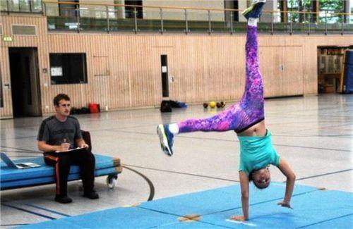 Körperliche Kondition ist gefragt: Landestrainer Andi Graitl bewertet die Übung von Ida Determeyer.