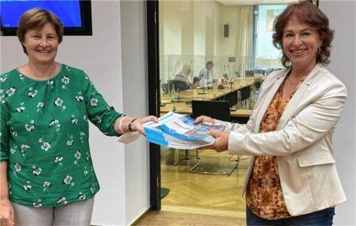 Landtagsabgeordnete Gisela Sengl (rechts) überreichte die Petition an Rosi Steinberger. Foto Sengl