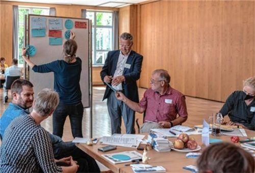 Lebhafte Mitarbeit, viele Einfälle: Das zeichnete die neun Arbeitsgruppen aus. Hier der Arbeitskreis Kultur, moderiert von Magdalena Stuber von der Kurverwaltung, und Norbert Haimerl, dem Geschäftsführer des RFO.