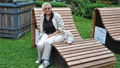 """Lobt das Projekt """"Rosenheim blüht auf"""": Herta Slomka-Weiss (77) wohnt seit über 40 Jahren in Rosenheim und freut sich über die Pflanzentröge, Wellenliegen und Sitzpflanzbeete. Foto Schlecker"""