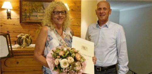 Martha König (links) wurde bei der Generalversammlung der Elektrizitätsgenossenschaft von Vorstandsvorsitzendem Hermann Abel ausgezeichnet. Foto Gillitz