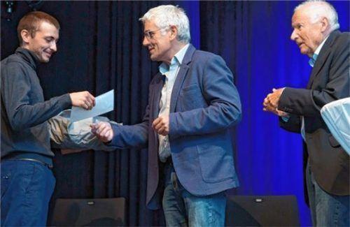 Milan Jack Mulzer (links) empfing den Förderpreis aus den Händen des Zweiten Vorsitzenden Georg Klampfleuthner (Mitte) und Vorsitzenden Friedrich von Daumiller. Foto berger