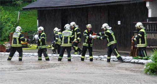 Mit 1500 Sandsäcken und mehreren Pumpen verhinderte die Kieferer Feuerwehr, dass Keller und Geschäfte vollliefen. Foto Schmidt