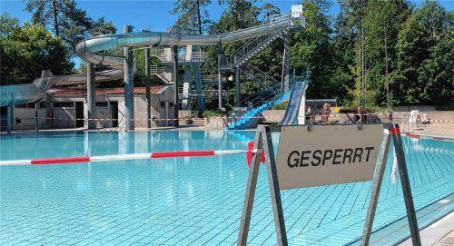 Mit dem Nichtschwimmerbecken steht auch die Wasserrutsche (im Hintergrund), eine der Attraktionen des Waldbades, still.Foto  Grundner