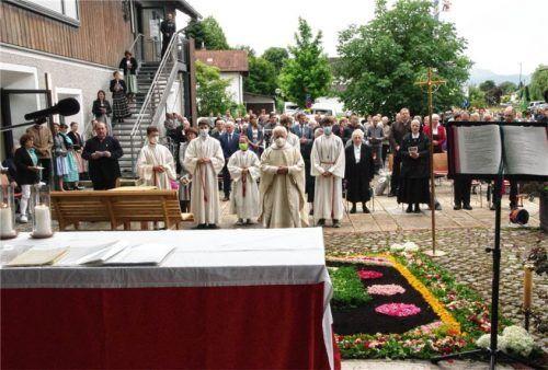 Mit einer Festmesse im Freien beging Pfarrer Hans Holzner in Pfaffenhofen ein goldenes Priesterjubiläum.Foto re