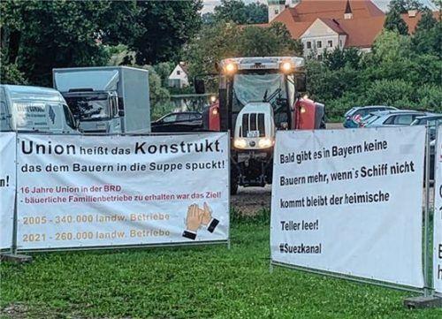 """Mit Plakaten und einem Traktor brachte der Verein """"Landwirtschaft verbindet Bayern"""" seine Kritik vor. Foto Privat"""