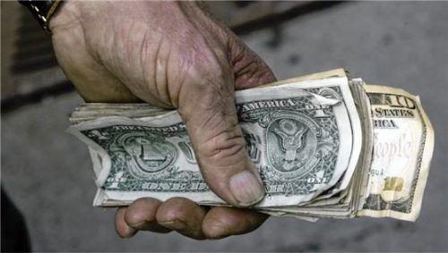 Nicht nur eine Handvoll US-Dollar, sondern mehrere Millionen sollte eine Landwirtin aus dem Chiemgau für den Transport einer Kiste kassieren. Doch die Frau war Betrügern aufgesessen. Foto dpa