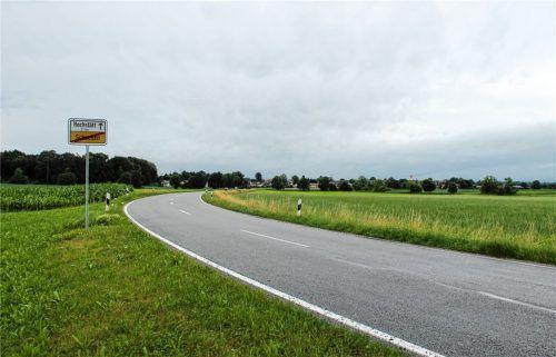 Nördlich von Schechen Richtung Hochstätt sollen rechts der Straße der neue Wertstoffhof sowie eine Sportanlage entstehen. Foto Heinz
