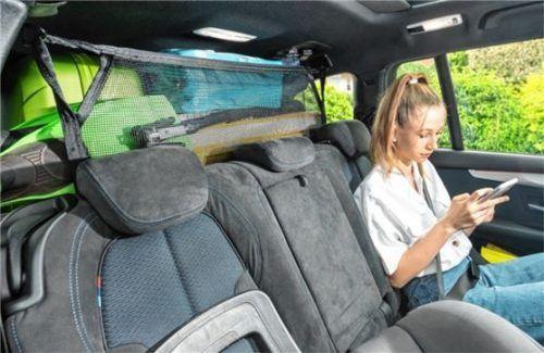 Nur mit Trenngitter oder -netz darf im Kombi das Gepäck über die Höhe der Rücksitze hinausragen. Foto Net/HUK-Coburg