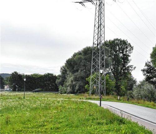 Ob auf diesem Grundstück in Feldolling ein Einfamilienhaus gebaut werden darf, hat der Bauausschuss noch nicht entschieden. Informationen zum Hochwasserschutz und zur 110-kV-Leitung fehlen. Foto  Merk