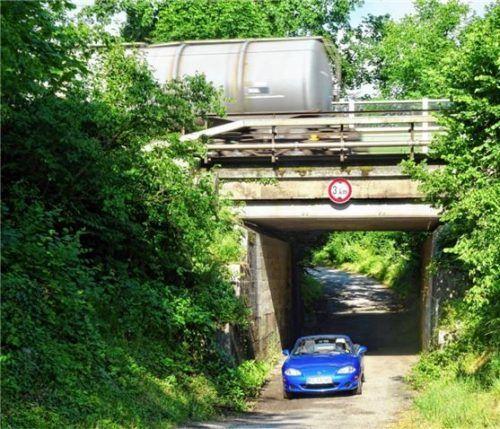 Ohne zusätzliche Kosten wird sich die Durchfahrtshöhe der Bahnüberführung an der Reisacher Straße von 3,4 Metern auf fast vier Meter steigern.Foto Schmidt