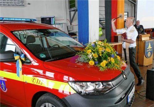 Pater Walter Kirchmann spendete den kirchlichen Segen. Gott solle alle Feuerwehrleute beschützen, die mit dem neuen VW Caddy unterwegs sind; im Hintergrund Feuerwehr-Vorstand Albert Krammer.Foto  Bachmaier