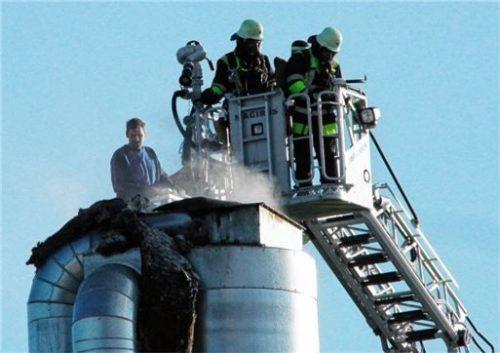 Per Drehleiter rückte die Feuerwehr dem Brandherd auch von oben zu Leibe. Foto Reisner