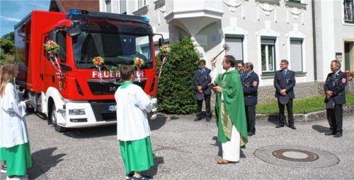 Pfarrer Pawel Idkowiak segnet das neue Reichertsheimer Feuerwehrfahrzeug. Foto Grundner