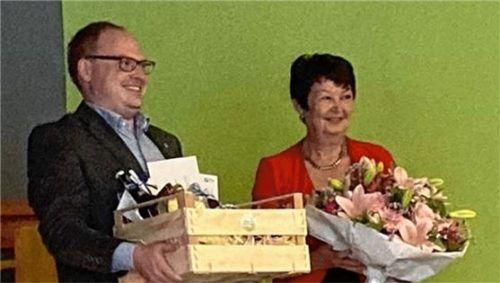 Priens Bürgermeister Andreas Friedrich mit Elisabeth Girg bei der Geschenkübergabe. Foto Privat