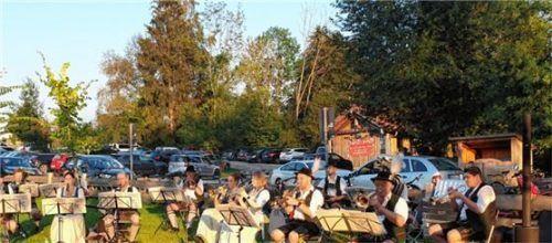ried musiksommer elk  Das Foto zeigt einen Eindruck vom musikalischen Sommer am Tinninger See im vergangenen Jahr, die Konzerte wurden vom GTEV Almengrün Riedering ins Leben gerufen. Auch heuer soll dort wieder bis Ende August an vielen Wochenenden der musikalische Sommer stattfinden.Foto Kirchner