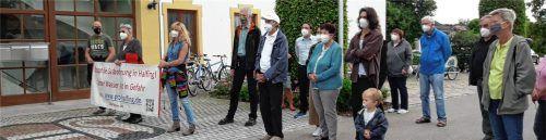 Rund 50 Menschen hatten sich vor dem Rathaus in Halfing eingefunden, um gegen die Wiederaufnahme einer Erdgasförderung in Irlach zu demonstrieren. Foto Rieder-Aigner