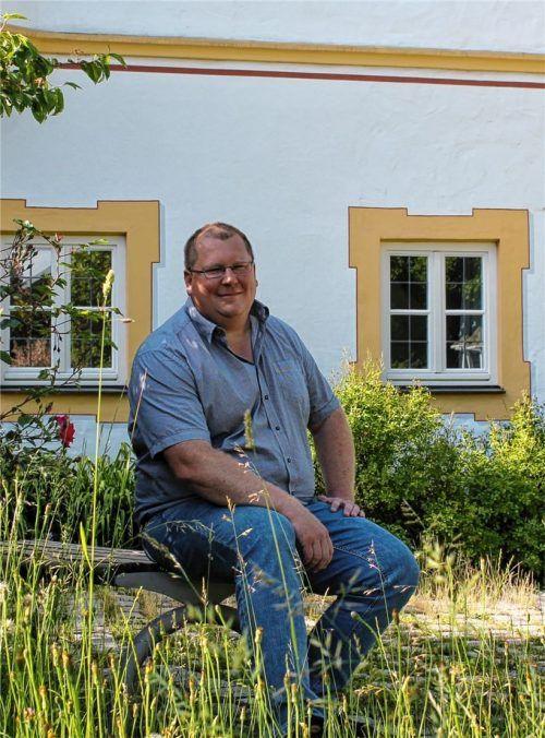 Schechens Bürgermeister Stefan Adam vor dem Rathaus. Foto Heinz
