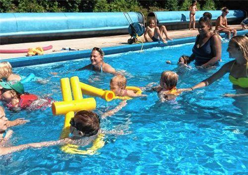 Schwimmkurse für Kinder sind so gefragt, dass die Familien etwa mit einem halben Jahr Wartezeit rechnen müssen. Dieser Schwimmkurs von Andrea Schmitt fand schon vor der Corona-Krise statt. Foto  Schmitt