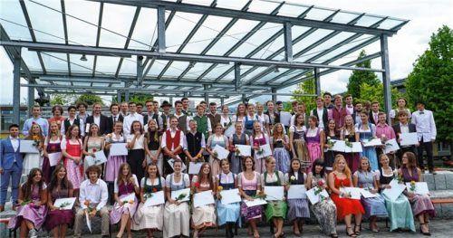 """""""Seid einfach nur stolz!"""" Mit diesen Worten übergab Schulleiter Dr. Armin Stadler die Abschlusszeugnisse an 89 Abiturienten. Foto re"""