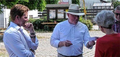 Spannender Augenblick: Bürgermeister Josef Grundner (links) und Pfarrer Florian Regner ziehen die Lose. Foto Sixt-Majcen