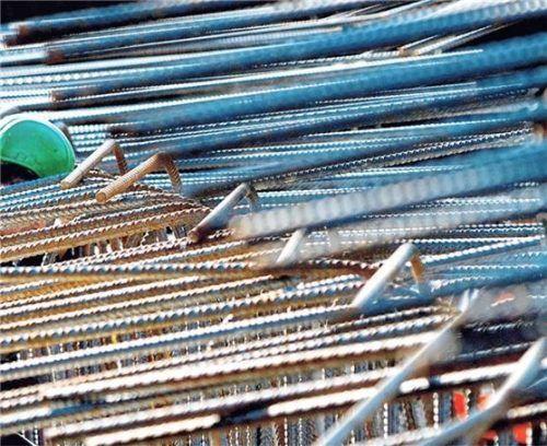 Stahl ist ein wichtiger Baustoff beim Hausbau. Er verstärkt den Beton und erhöht damit die Tragfähigkeit des Gebäudes. Wird er eingespart, droht die Statik zu leiden. Foto  Frank Rumpenhorst/dpa