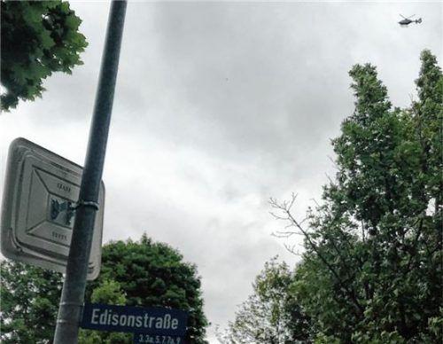 Stundenlang kreiste der Hubschrauber am Dienstagabend über dem Mühldorfer Norden. Die Bundespolizei suchte nach 17 Menschen, die illegal eingereist waren.Foto Honervogt