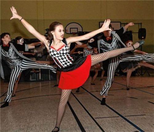 """Tänzerin Lena Zinn zeigt sich bei der Tanztheatergruppe """"Varieté"""" in ihrem Element. Foto RE"""