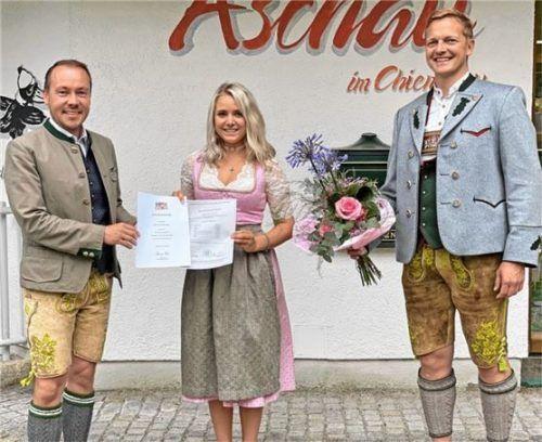 Touristleiter Herbert Reiter gratulierte der ausgebildeten Kauffrau Stefanie Sattlberger. Bürgermeister Simon Frank tat es ihm gleich (von links).Foto re