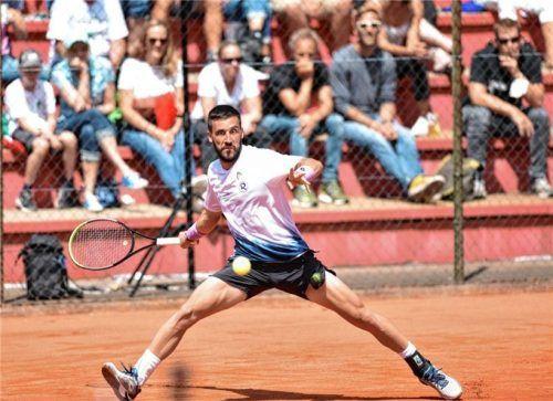 Trotz des furchterregenden Blickes auf den Ball: Rosenheims Tennisfans haben mit Damir Dzumhur einen neuen Publikumsliebling. Foto  Hans-Jürgen Ziegler