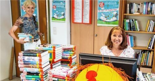 Über 108000 Bücher haben die Jugendlichen in den vergangenen Sommerferien gelesen. Petra Divko (links) und Anna Weigl arbeiten bereits die neuen Bücher für den Leseclub dieses Jahr ein. Foto  Re
