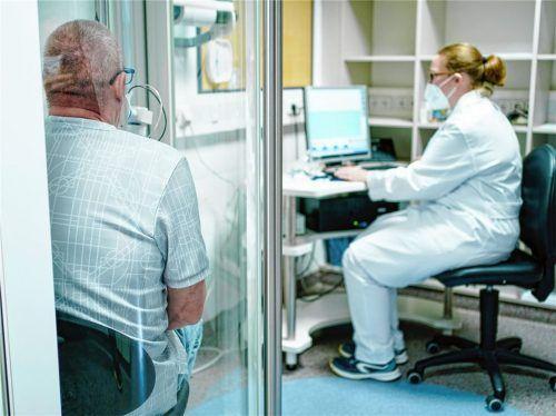 Von Corona genesen, aber immer noch beeinträchtigt: Ein Patient bei der Messung seiner Lungenleistung. Foto  dpa