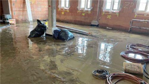 Wasser und Schlamm standen auch am Dienstag noch in allen Räumen des neuen Gnadenhofes in Ried.