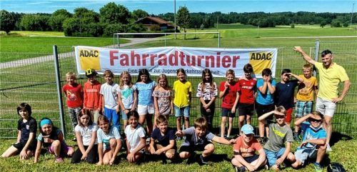 Wie sicher sie auf dem Fahrrad sind, zeigten die Viertklässler der Schönauer Grundschule beim Fahrrad-Parcours des Automobilclubs Bad Aibling. Foto RE