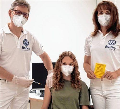 Wollen das Impftempo hochhalten: Rotary-Präsidentin Dr. Andrea Wolfgruber (rechts) und Dr. Edwin Hungerhuber mit dessen Tochter Julia. Foto Enzinger