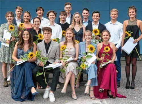 Zum Abiturzeugnis gab's für die 18 Absolventen eine Sonnenblume und ein Buch. Foto re