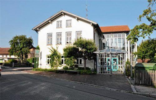 Zur Grundschule nach Großhöhenrain verlegt die Telekom jetzt Glasfaserkabel. Foto  Merk