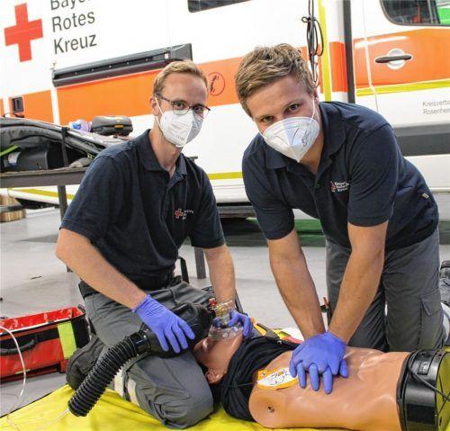 Zwei Ehrenamtliche in Aktion: Bereitschaftsleiter Felix Daum (links) und Sanitäter Tom Martin bei der Reanimations-Übung an einer Puppe. Foto Heinz