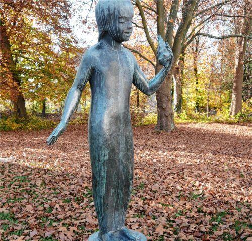 1955 schuf der Oberaudorfer Bildhauer Joachim Berthold die Figur eines zarten Mädchens mit einer Muschel in der Hand, von der ein weiterer Guss 1962 in der Städtischen Wohnanlage an der Lessingstraße 43 aufgestellt wurde. Foto Frick