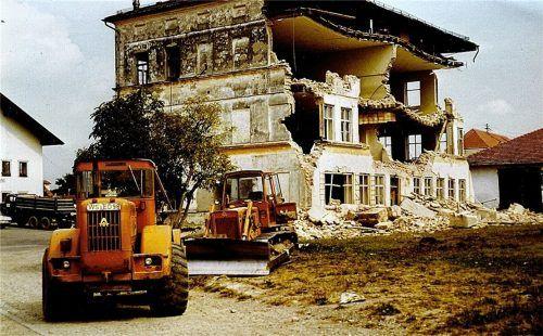 1972 wurde das alte Schulhaus abgerissen. Der bauliche Zustand und die hygienischen Verhältnisse waren amtlicherseits bereits 1970 als unzumutbar eingestuft. An derselben Stelle findet sich heute der Ersatzbau.Foto Archiv Rieger