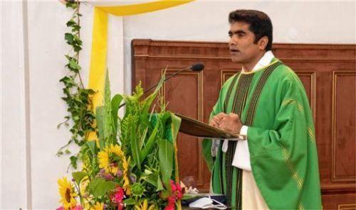 Als sein Abschiedsgeschenk an die Gemeinde trug Pater Joshy ein indisches Lied vor. Foto Berger