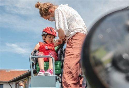 """""""Anschnallen bitte, die Fahrt beginnt"""": Elena schaut skeptisch, als Henny Strattner sie im Kindersitz sichert."""