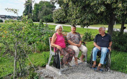 Beauftragtentreffen im Grünen: Lonika Herzog, Renate Hanzekovic und Harald Oberrenner (von links) am Sitzbankerl für Senioren und mobilitätseingeschränkte Mitmenschen. Foto Hampel