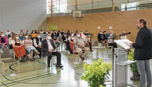 Bürgermeister Daniel Wendrock (rechts) richtet Grußworte an die Abschlussklassen und deren Eltern.Foto Klemmer