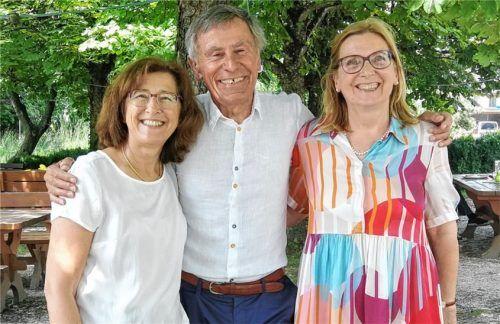 Dagmar Steffen (rechts) und Ayla Durukan (links) übernahmen von Heinz Brenner (Mitte) die Führung des Bridgeclubs Rosenheim. Brenner wurde zum Ehrenmitglied ernannt. Foto Hampel