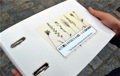 Das Kochbuch ist in einem Ordner gebunden, damit jeder das Buch mit eigenen Rezepten füllen kann.