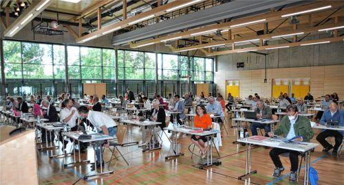 Der Mühldorfer Kreistag tagte zum ersten Mal in der neuen Zweifach-Turnhalle des Beruflichen Schulzentrums in Mühldorf. Foto  Bauer