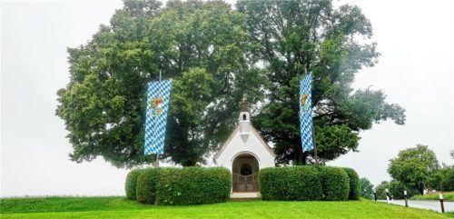 Der Platz an der Kriegerkapelle oberhalb von Hittenkirchen blieb dieses Jahr am Festtag des Kirchenpatroziniums aufgrund des Regens leer. Das Dorf verlegte die Prozession daher in die Kirche und in den Friedhof.Foto Hötzelsperger