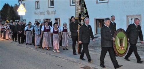 Der Umzug der Steeger Schützen aus dem Gasthaus Rampl ins neue Schützenheim im Oktober 2018.Foto  Rampl