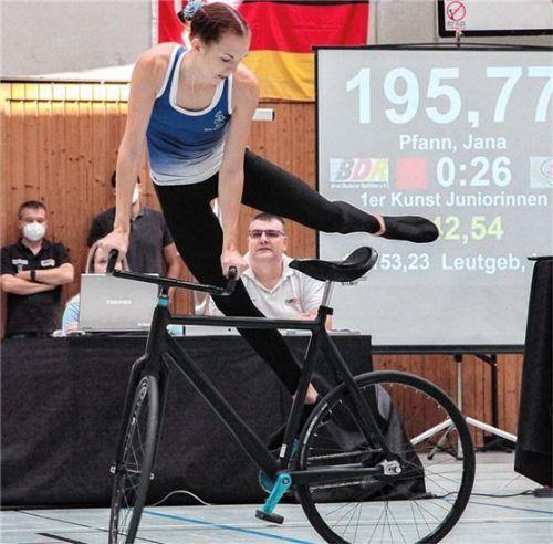 Die deutsche Meisterin der U19, Jana Pfann von der Soli Bruckmühl, beim fünffachen Drehsprung, einer Höchstschwierigkeit im Kunstradsport.Foto Robert Niedermeier